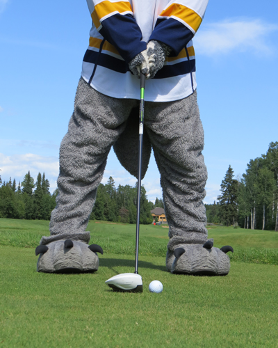 Lakehead mascot Wolfie golfing during the tournament!